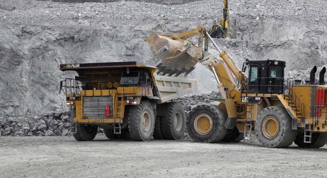 CAT992 loading cat777